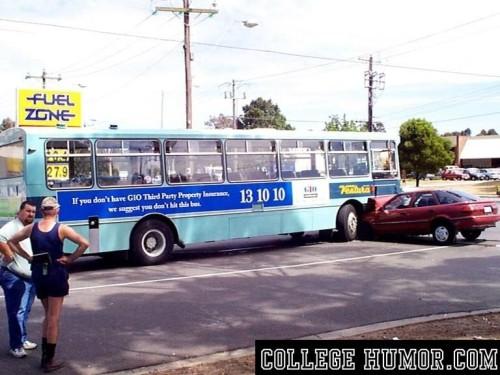 bizar-bord-bus-auto-botsing-ironische-advertentie