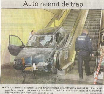 foutparkeren auto rijdt trap af in metrostation