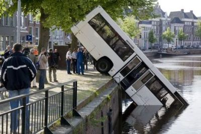 foutparkeren stadsbus te water