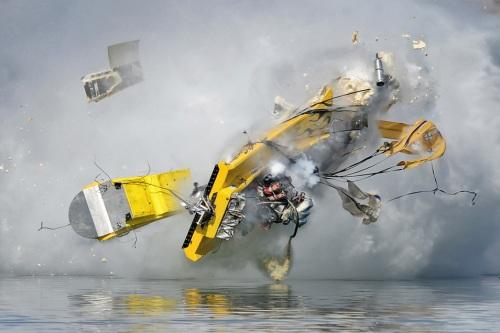 oops-speedboot-crash
