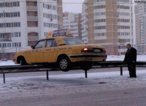taxi-boven-op-vangrail-parkeren