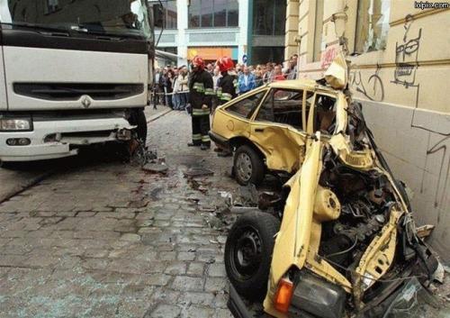 oops-vrachtwagen-plet-auto