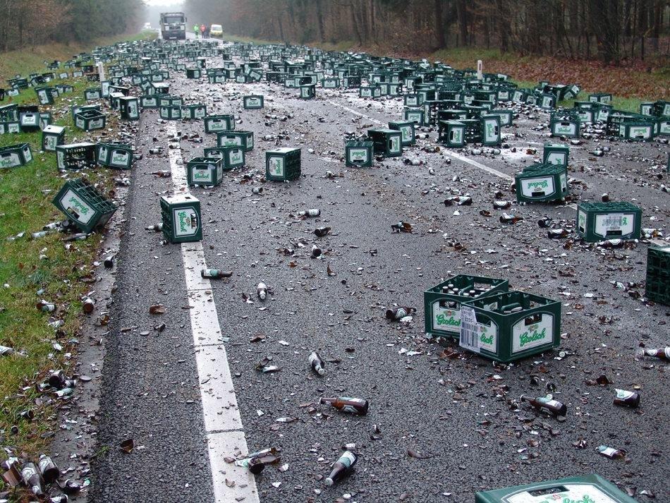 Vaak Verkwisting van kostbaar bier op de openbare weg (3 foto's &YJ32