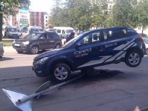 oops-parkeren-bovenop-paal