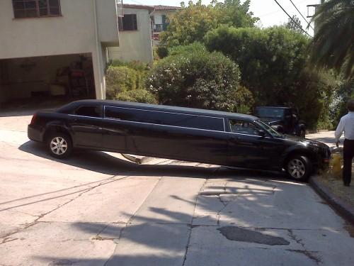 oops-parkeren-lange-limousine-klem-krappe-bocht
