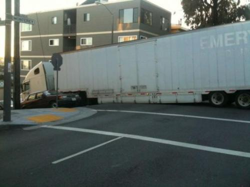oops-parkeren-lange-vrachtwagen-klem-heuveltje