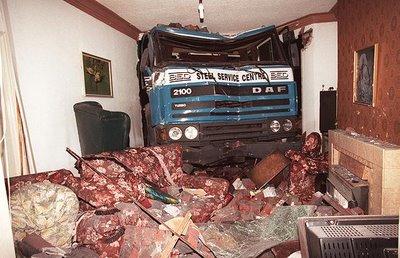 oops-parkeren-vrachtwagen-in-huiskamer