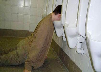 dronken-slapen-urinoir