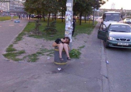 dronken-slapen-vuilnisbak